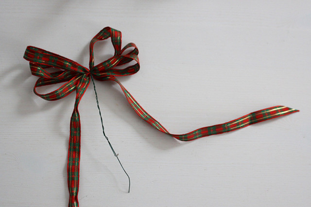 brass-ring-christmas-wreath-ribbon