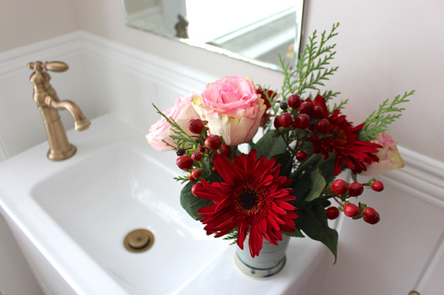cloverhill-christmas-powder-room-flowers