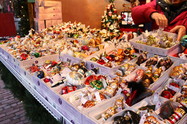 glass-ornaments-christmas-market