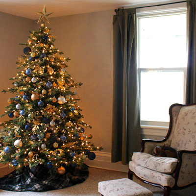 navy-gold-christmas-tree-living-room -feature